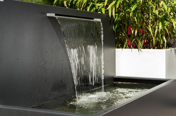 Der Wasserfall Von Gartensilber Bringt Spektakuläre Bewegung In Den Garten,  Auf Die Dachterrasse, Auf Außenflächen Von Büros, Restaurants Oder Hotels.
